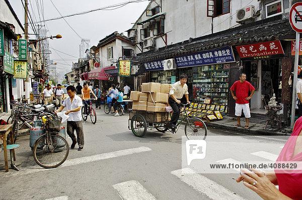 Straße im alten Shanghai  Kabelchaos  Fahrradrikscha  Shanghai  China  Asien