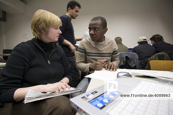Studium der Informatik an der Universität Hamburg. Student ausländischer Herkunft des ersten Semesters mit einer Tutorin während einer Übungsstunde an modernen Computern  HAMBURG  DEUTSCHLAND  29.01.2008.