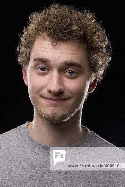Portrait  junger Mann  lockiges Haar