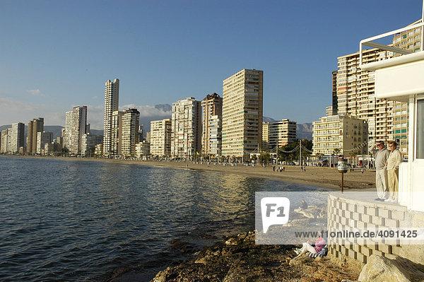 Touristen halten Ausschau am Strand von Benidorm  Playa de Levante  Costa Blanca  Spanien