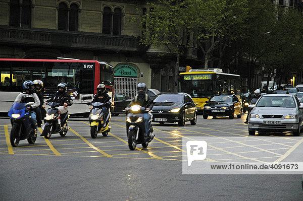 Reger Straßenverkehr am Abend mit Motorraedern  Strassenszene  Barcelona  Katalonien  Spanien