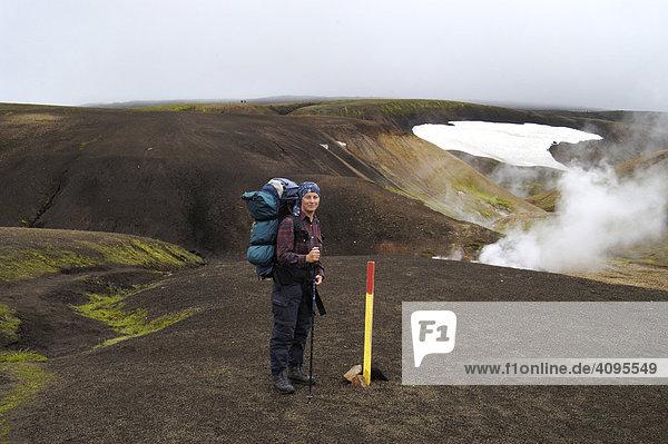 Gabi am Laugavegur im Hintergrund Dampfsäule einer heißen Quelle Storihver zw. Landmannalaugar und Hrafntinnusker Laugavegur Island