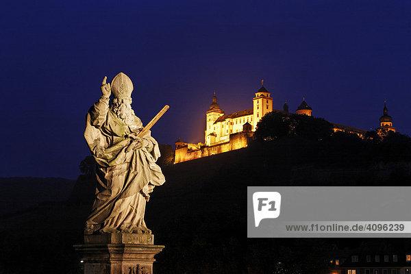 Festung Marienberg und Statue von St.Kilian auf der alten Mainbrücke  Würzburg  Bayern  Deutschland