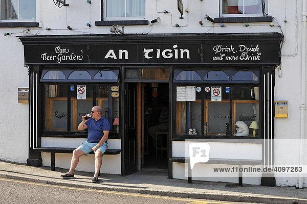 Mann trinkt vor dem Pub sein Guinness  Skull  Cork  Irland