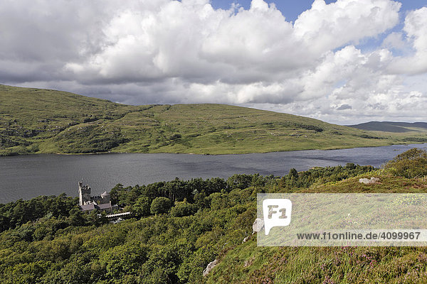 Burg Glenveagh mit dem Loch Ghleann Bheatha im Glenveagh Nationalpark  Donegal  Irland