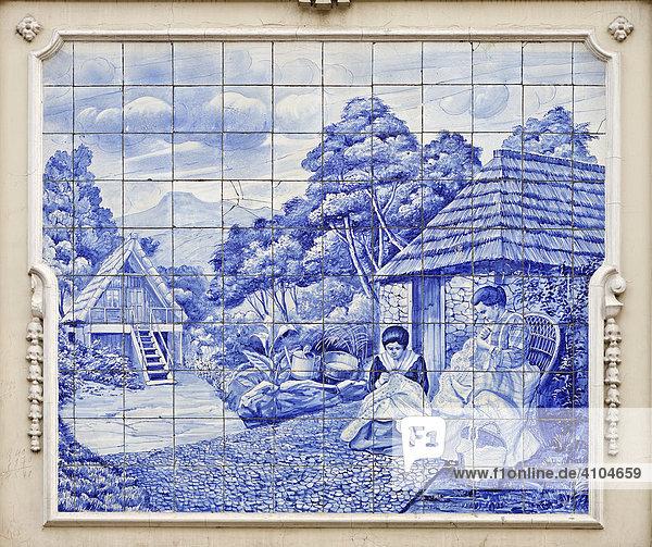 Azulejos mit Szene aus dem ländlichen Leben Frauen nähen vor mit Stroh gedeckten Häusern  Funchal  Madeira  Portugal Azulejos mit Szene aus dem ländlichen Leben Frauen nähen vor mit Stroh gedeckten Häusern, Funchal, Madeira, Portugal