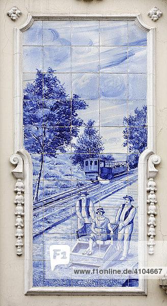 Azulejos mit Szene die eine Zahnradbahn und Korbschlitten zeigt  Funchal  Madeira  Portugal Azulejos mit Szene die eine Zahnradbahn und Korbschlitten zeigt, Funchal, Madeira, Portugal