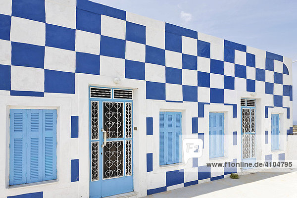 Die bunten und einfachen Häuser des Ortes  Manolas  Thirassia  Santorin  Griechenland