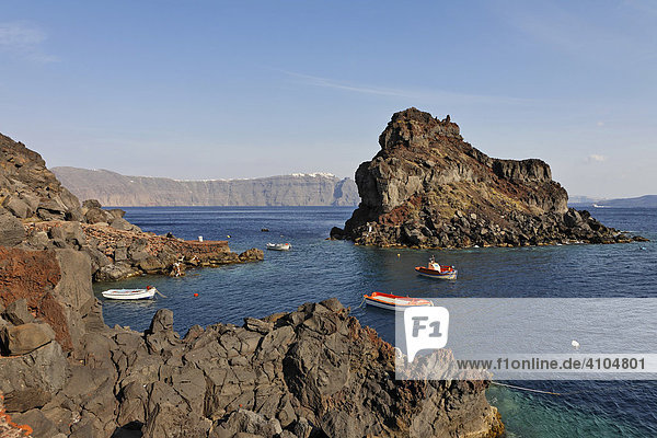 Die kleine Insel Agios Nikolaos  Hafen Ammoudi  Oia  Santorin  Griechenland