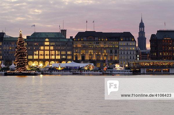 Binnenalster mit Weihnachtstanne und Jungfernstieg in Hamburg  Deutschland Binnenalster mit Weihnachtstanne und Jungfernstieg in Hamburg, Deutschland