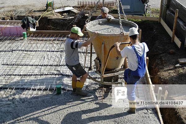 Betonarbeiten am Fundament eines Einfamilienhauses