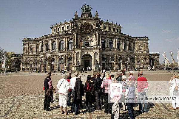 Opernplatz mit Semperoper in Dresden  Sachsen  Deutschland  Europa