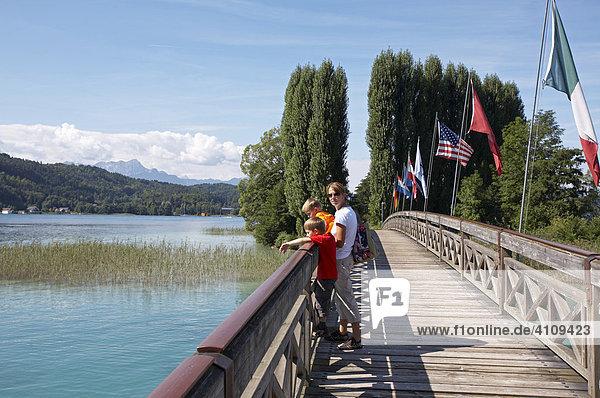 Frau und zwei Kinder auf Holzbrücke  Wörthersee  Kärnten  Österreich