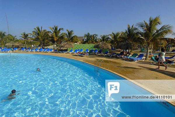 Hotel mit Pool  Palmen und Touristen in Cayo Largo  Kuba