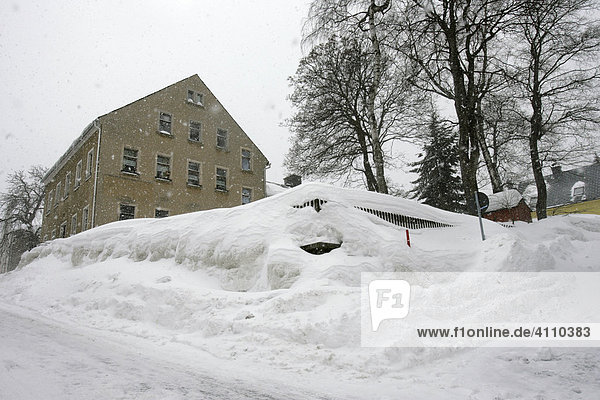 Meterhoch Schnee im Vorgarten eines Wohnhauses in Oberwiesenthal  Erzgebirge  Sachsen  Deutschland