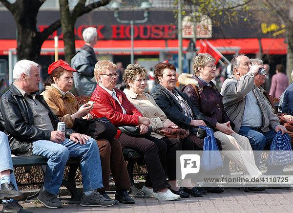 Deutsche Rentner sitzen gemeinsam auf der Parkbank