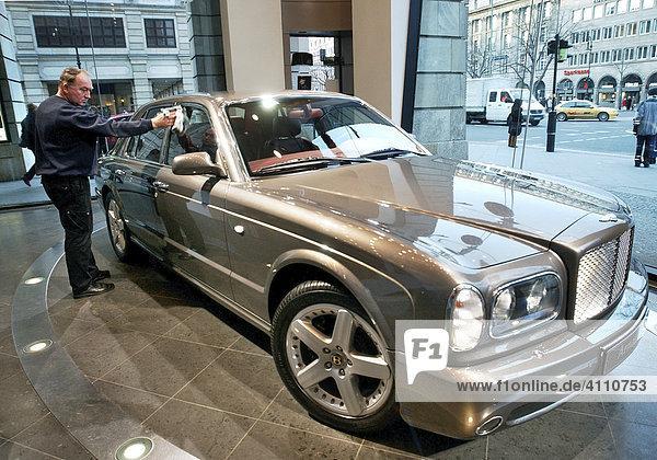 Wagenwäsche - Bentley Arnage T im Automobilforum Lindencorso Berlin wird poliert
