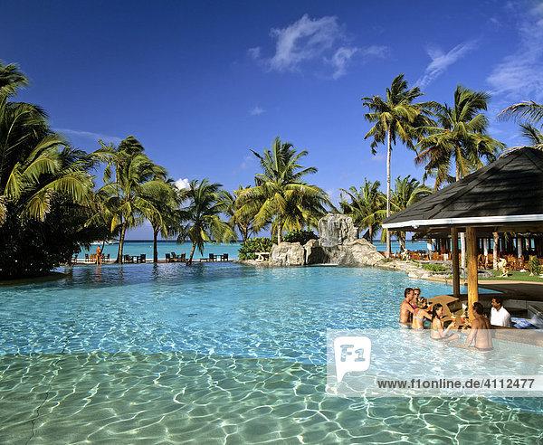 Schwimmingpool  Poolbaar  Palmen  Meer  Sun-Island  Ari Atoll  Malediven