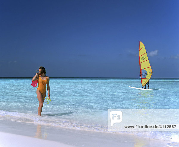 Junge Frau am Strand  Surfer  Meer  Malediven
