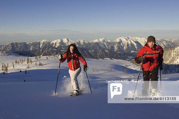 Schneeschuhgeher im Gebirge  Hinterstoder  Österreich  Sengsengebirge