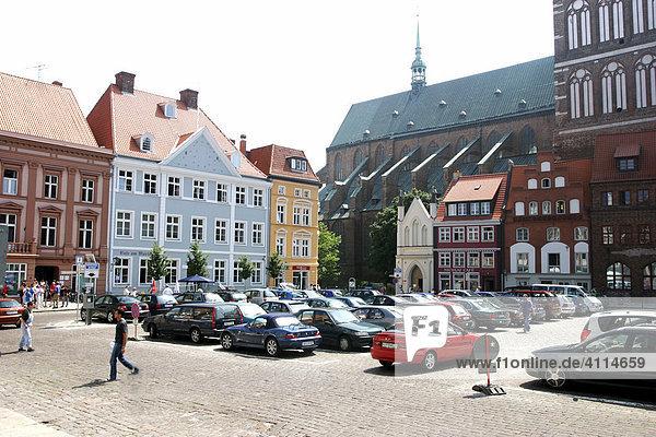BRD Deutschland Mecklenburg Vorpommern Hansestadt Stralsund am Marktplatz mit alten Häusern und Geschäften und Dom