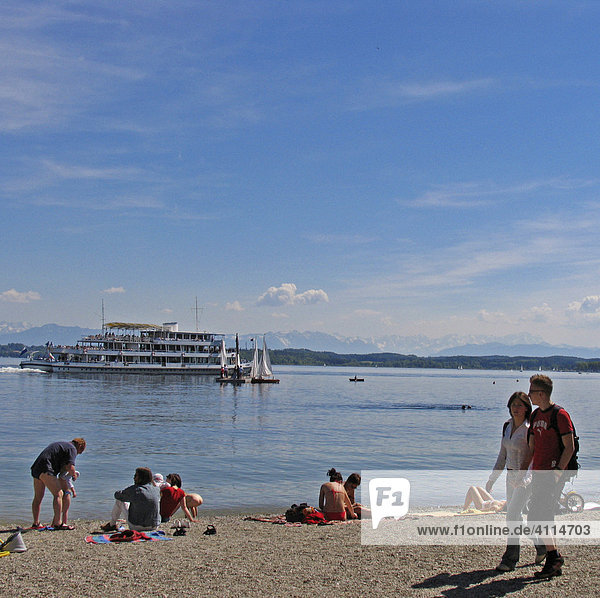 BRD Germany Bavaria Upper Bavaria Tutzing at the Starnberger Lake Holiday Region Recreation Area for Munich Upper Bavarian Watering Lake People at the Beachside Watering and Steamer on the Lake Sunbathing Relaxing Holiday Picture Walker at the Beachside
