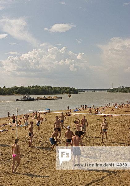 Strand am Fluss Irtisch  Baden und Sonnen am Strand vom Fluss Irtisch  Beach Volleyball  Lastschiff auf dem Irtisch  Omsk  Sibirien  Russland  GUS  Europa