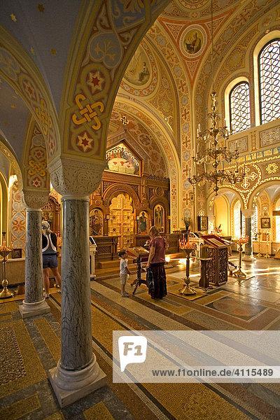 Gläubige und Pilger in der alten Kirche von Forros  Jalta  Krim  Ukraine  Süd-Osteuropa  Europa