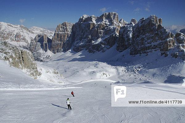 Skifahrer im Skigebiet Lagazuoi  Dolomiten  Italien