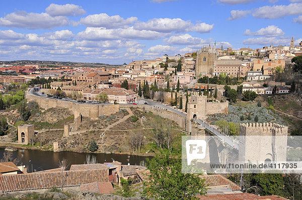 Blick über den Tajo auf die Altstadt von Toledo,  vorne die Puente de San Martín,  Toledo,  Spanien