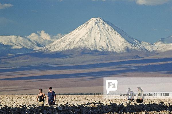 Salzsee Salar de Atacama und Vulkan Licancabur  Atacama-Wüste  nördliches Chile  Südamerika