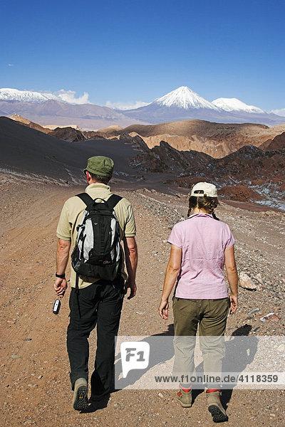 Paar wandert in der Atacama-Wüste in Richtung Vulkan Licancabur  nördliches Chile  Südamerika
