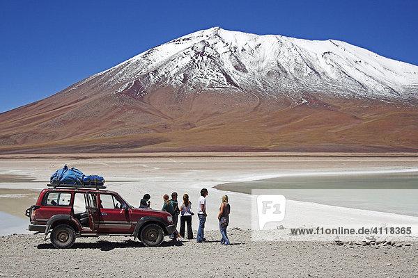 Junge Leute mit Geländewagen  Laguna Verde  Bolivien an der Grenze zu Chile  Südamerika