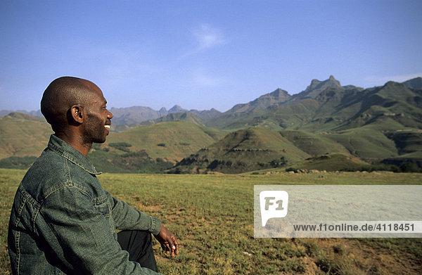 Südafrikaner blickt auf die Berge der Three Sisters  Drakensberge an der Grenze zwischen dem Eastern Cape und Kwazulu Natal  Südafrika