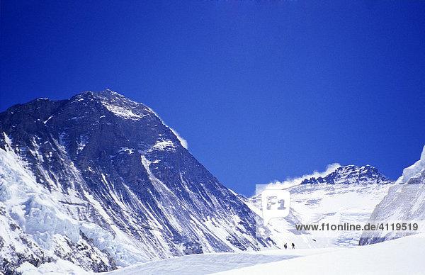 Gletscher des Western Cwm Richtung Westen mit Blick auf Mount Everest  8848m und Lhotse  8516m  Himalaya  Nepal