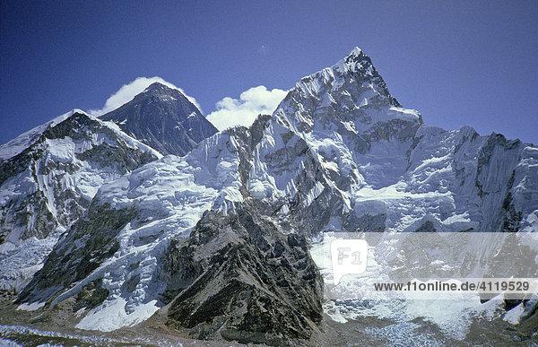Blick vom Kala Pattar  5545m  auf die Gipfel des Mount Everest  8848m und Nuptse  7861m (rechts im Bild)  Himalaya  Nepal