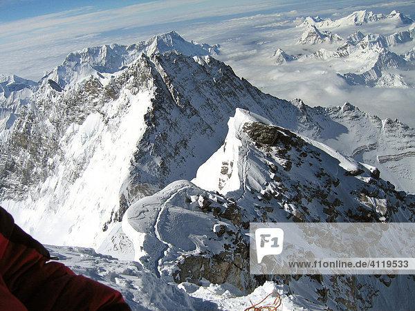 Gipfelsturm über den Hillary-Step - Blick zurück auf Mount Everest Gipfelgrat  Südgipfel  8751m und Lhotse  8516m  Himalaya  Nepal