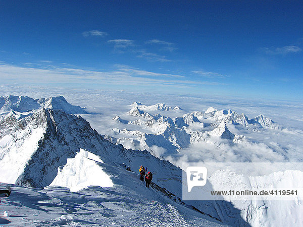 Der österreichische  wiener Bergsteiger Geri Winkler geht die letzten Meter über den Gipfelgrat zum Gipfel des Mount Everest  8848m  im Hintergrund der Lhotse  8516m  Himalaya  Nepal