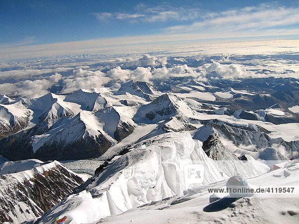 Ausblick vom Gipfel des Mount Everest  8848m  Richtung Norden  zur Aufstiegsroute über den Nordgrat aus Tibet  China  Himalaya  Nepal