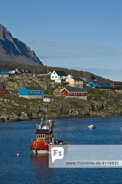 Schleppschiff im Hafen  Diskoinsel (Qeqertarsuatsiaq)  Grönland  Nordatlantik