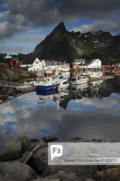 Fischerhafen  Hamnoy auf Moskenesoy  Lofoten  Norwegen