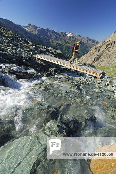 Frau beim Wandern  Nationalpark Hohe Tauern  Tirol  Österreich
