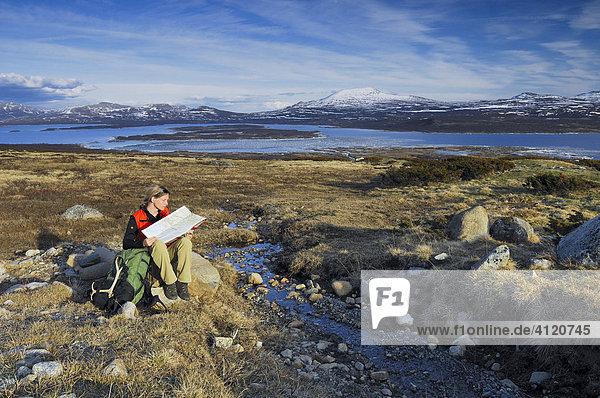 Wanderer in weiter Landschaft  Jotunheimen Nationalpark  Norwegen