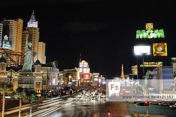 Blick auf den Strip Richtung Norden mit Casinos New York  MGM Grand  Paris  Aladdin  Cesars Palace  Las Vegas Boulevard  Las Vegas  Nevada  USA