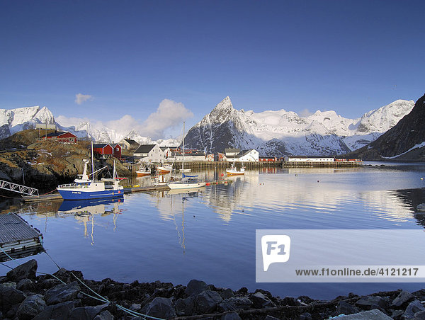 Fischerdorf Hamnoy im Winter  Fischereihafen  Reine  Lofoten  Norwegen  Skandinavien