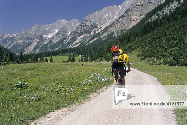 Mountainbiker im Karwendeltal  Tirol  Österreich  Europa