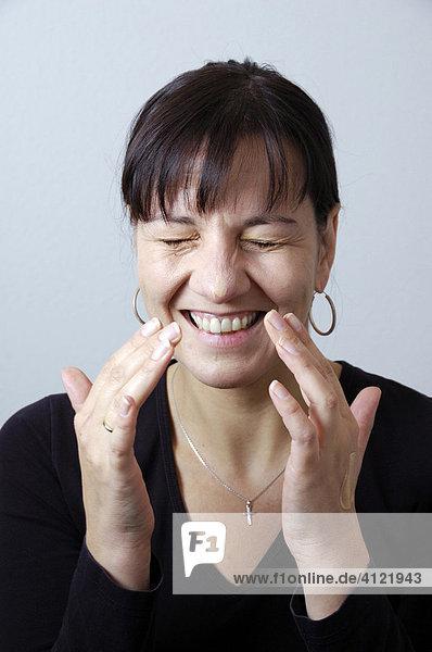 Lachende Frau beim Schminken