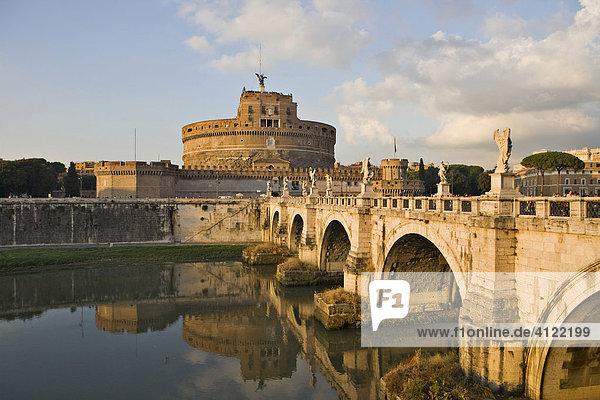 Engelsbrücke und Engelsburg im Abendlicht  Rom  Italien