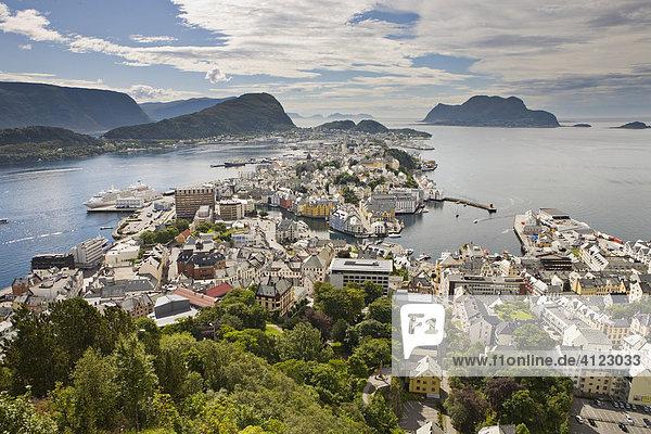 Blick vom Hausberg Aksla über die Stadt  Ålesund  Norwegen