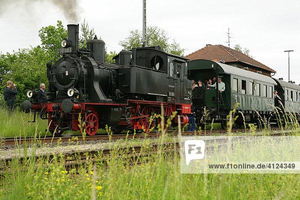 Historische Dampflokomotive zieht Personenwagen